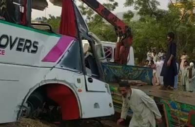 حب:کوچ اور ٹرک میں تصادم، ڈرائیور جاں بحق، 11 زخمی