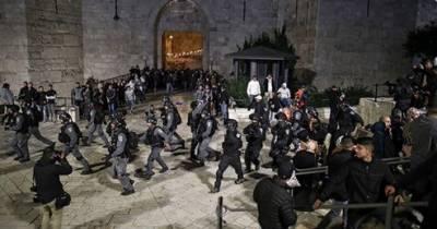 اسرائیلی فوجیوں کا مسجد الاقصی کے باب العامود پر جمع فلسطینیوں پر حملہ