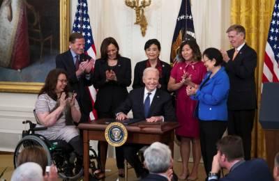 جوبائیڈن نے ایشیائی نژاد امریکیوں پر تشدد کیخلاف بل پر دستخط کردئیے