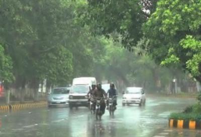 لاہور میں آندھی نے سب کچھ مٹی مٹی کردیا، ژالہ باری اور تیز ہواؤں کے بعد بارش
