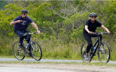 امریکی خاتون اول کی سالگرہ، بائیڈن اور اہلیہ سائیکل پر نکل آئے