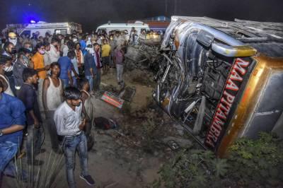 بھارت:بس کا ٹرک سے تصادم،17افراد ہلاک،متعدد زخمی