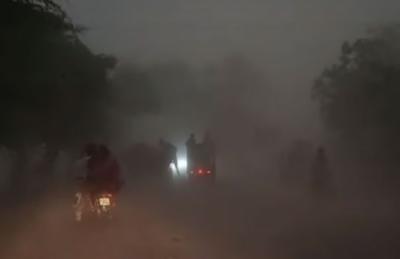 پنجاب کے مختلف شہروں میں گرد آلود ہوائیں اور موسلا دھار بارش , 100 سے زائد فیڈرز ٹرپ, بجلی کی فراہمی معطل