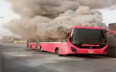 شارٹ سرکٹ کے باعث میٹرو بس میں آگ لگ گئی،بس مکمل جل گئی
