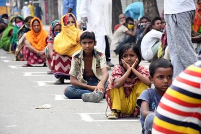 ڈھاکہ میں کروناوائرس لاک ڈان سے متاثرہ افراد کو کھانے کی فراہمی
