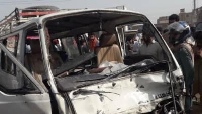 ملتان:موٹرسائیکل کو بچاتےمسافروین کو حادثہ ،10افراد زخمی