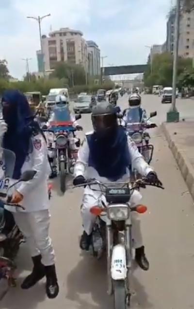 پاکستانی ٹریفک پولیس کی تاریخ میں پہلی بار خواتین ٹریفک اہلکار تعینات