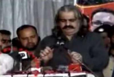 آزاد کشمیر جلسے میں نوجوان نے علی امین گنڈاپور کی جانب جوتا اچھال دیا