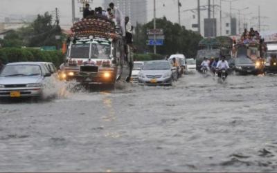کراچی میں کہیں شدید بارش تو کہیں بوندا باندی, سڑکوں پر بارش اور سیوریج کا پانی جمع، ٹریفک جام اربن فلڈنگ کا خطرہ