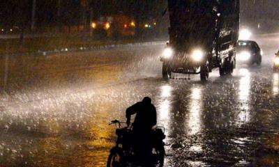 کراچی میں گرج چمک کے ساتھ موسلا دھار بارش, سڑکوں پر پانی جمع ہوگیا