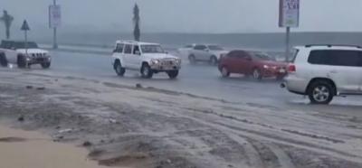 متحدہ عرب امارات میں تیز بارش، سڑکوں پر پانی جمع