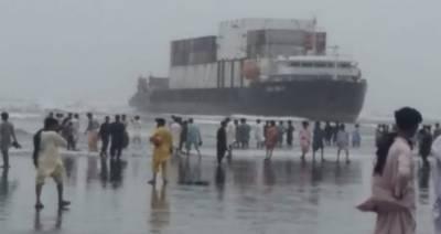 کراچی:سی ویو کے ساحل کے قریب بحری جہاز پھنس گیا