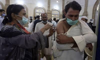 کراچی کے تمام چھوٹے بڑے ویکسینیشن سینٹرز پر عوام کا رش لگ گیا۔