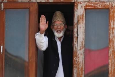 سید علی گیلانی سپردخاک، جنازے میں چند رشتے داروں کو شرکت کی اجازت مل سکی