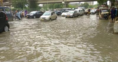 کراچی میں بارش کے بعد سڑکوں پر پانی جمع: ٹریفک کی روانی متاثر, اربن فلڈنگ کا خدشہ