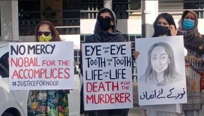 نور مقدم قتل کیخلاف اسلام آباد ہائیکورٹ کے باہر احتجاجی مظاہرہ