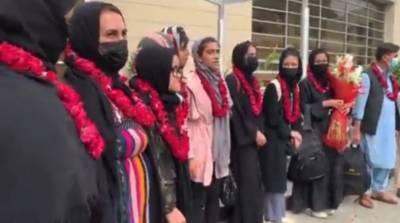 افغانستان ویمن فٹبالرز اپنے خاندان اور کوچز کے ہمراہ لاہور پہنچ گئیں