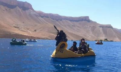 افغانستان : افغان جنگجوؤں کی جھیل میں کشتی رانی
