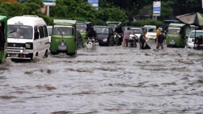 لاہور میں گرج چمک کے ساتھ موسلادھار بارش، نشیبی علاقوں میں پانی ہی پانی