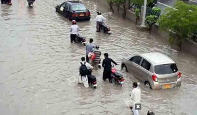 کراچی میں چندگھنٹوں کی بارش میں سڑکیں ڈوب گئیں،سڑکوں پر شہریوں کا چلنا بھی مشکل