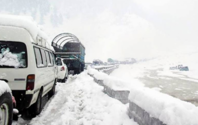 وقفے وقفے سے برفباری کا سلسلہ, بابوسر ناران شاہراہ پر ٹریفک پر پابندی لگا دی گئی